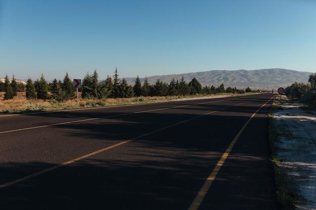 黄色のマーキングが施された美しいカッパドキアの道