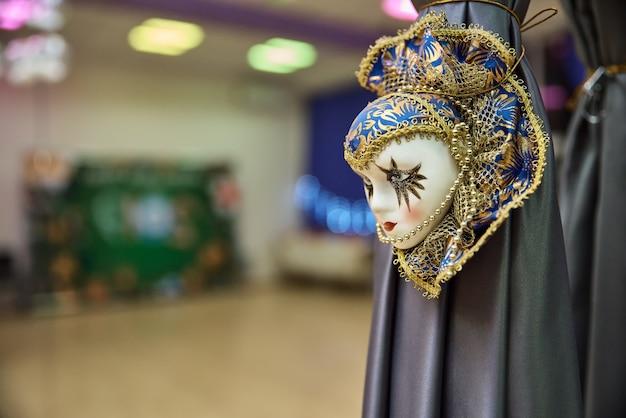 Красивая карнавальная маска висит как украшение