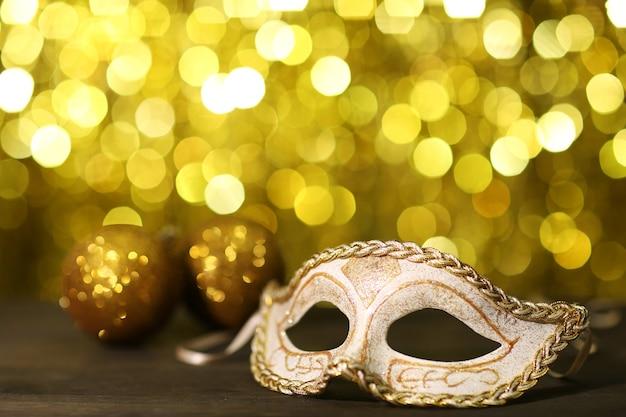 황금 표면에 테이블에 아름다운 카니발 마스크