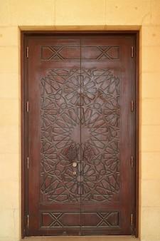 모스크 나무 문의 아름다운 조각 패턴