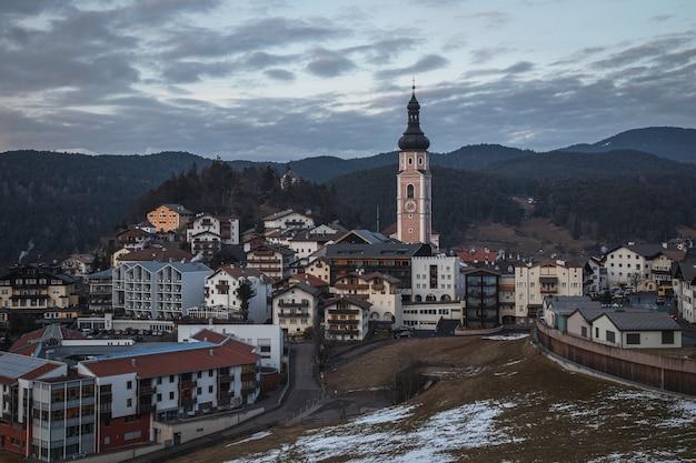 Bellissimo villaggio di castelrotto nelle dolomiti italiane