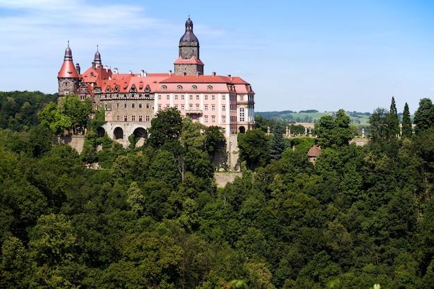 폴란드의 walbrzych 마을 근처 언덕에 있는 아름다운 성 zamek ksiaz