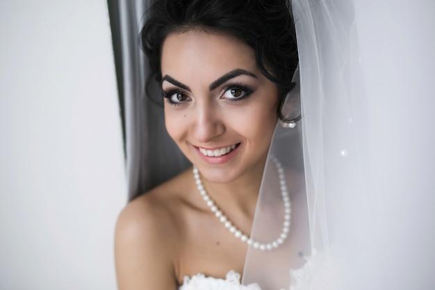 Красивая кавказская невеста готовится