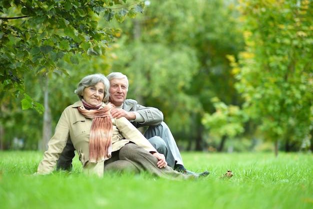 秋の公園で美しい白人老夫婦