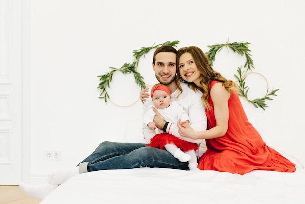 카메라를 똑바로보고 세 아름다운 백인 가족 재미 웃고