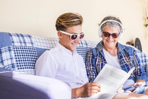 9 月に学校が始まる前に一緒に勉強する 10 代と祖母を持つ美しい白人の家族