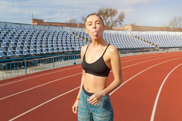 Красивая девушка кавказской спортсмен отдыхает после бега на беговой дорожки.
