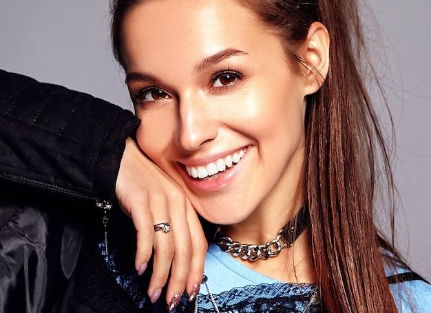 Modello di donna bruna bella hipster sorridente caucasico in abiti eleganti estate nero luminoso.