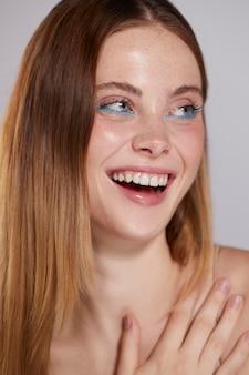 青いアイライナーと美しい白人女性