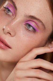 Красивая кавказская женщина с розовой подводкой для глаз