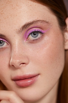 Bella donna caucasica con eyeliner rosa