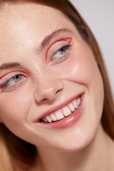 赤いアイライナーと美しい白人女性