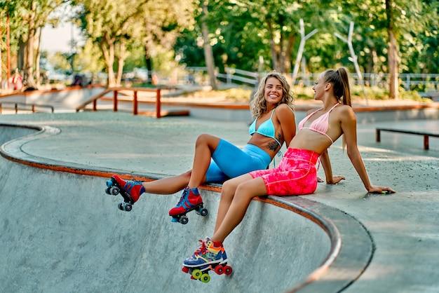 公園でローラーブレードをする美しい白人女性