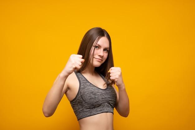 スポーツをしているスポーツtシャツの美しい白人の若い女性