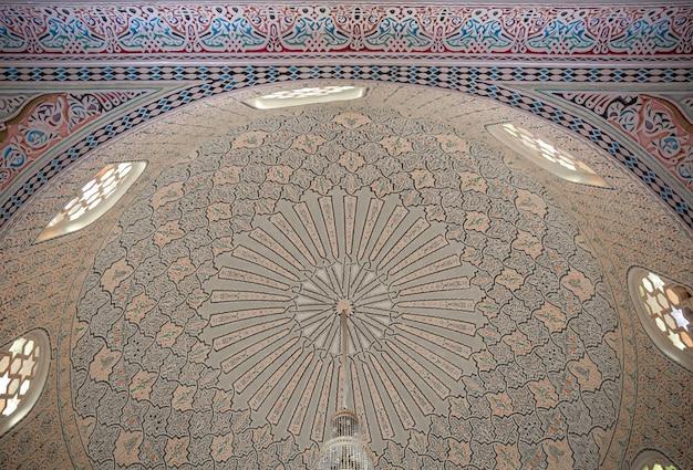 이슬람 모스크의 아름다운 천장, 이슬람 전통 이슬람 장식을 닫습니다.