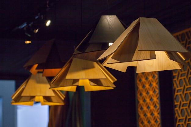 아름다운 샹들리에. 천장 아래 매달려 고급 비싼 샹 들리 프리미엄 사진