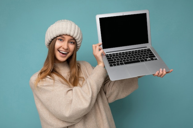 겨울에 아름 다운 매력적인 매혹적인 예쁜 미소 행복 젊은 어두운 금발 feemale 학생 여자