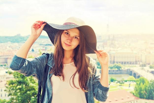 아름다운 매력적인 관광 소녀.