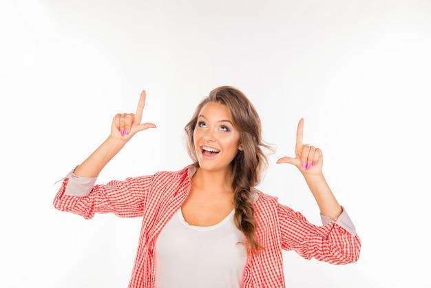 市松模様のシャツで上向きの美しい陽気な女性
