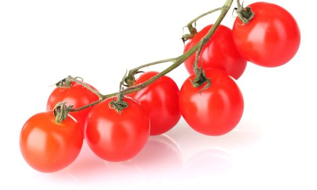 흰색 절연 지점에 아름 다운 체리 토마토