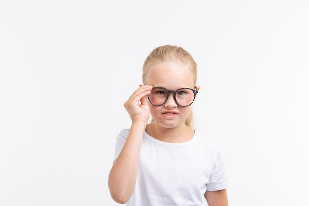 白で隔離の眼鏡をかけている美しい子の女の子。
