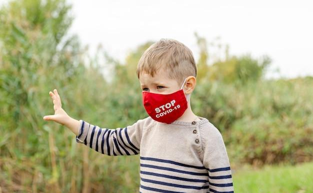 보호 마스크에 아름 다운 아이입니다. 사회적 거리두기, 코로나 바이러스