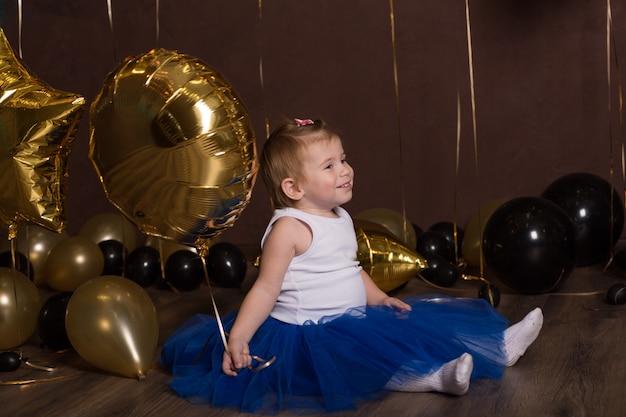 ボールで座っている美しい子。かわいらしい顔。かわいい子