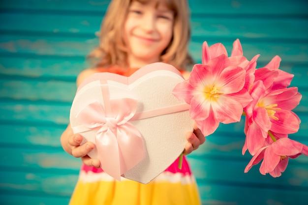 Красивый ребенок с букетом цветов весна семейный праздник концепция день матери