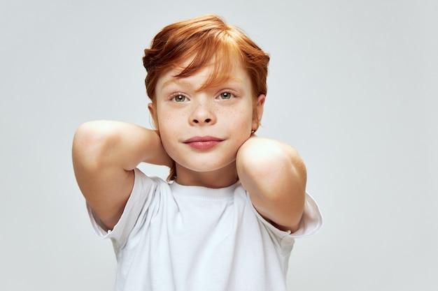 赤い髪の肖像画と美しい子クローズアップホワイトtシャツトリミングビュー