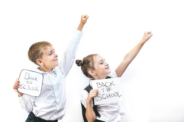 아름다운 아이들은 흰색 배경 보드에 학교 수업에서 함께 학생들이 행복 교육을 받고 있습니다