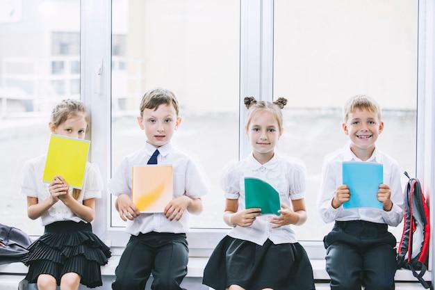 美しい子供たちは学校の教室で一緒に学生であり、幸せな教育を受けます