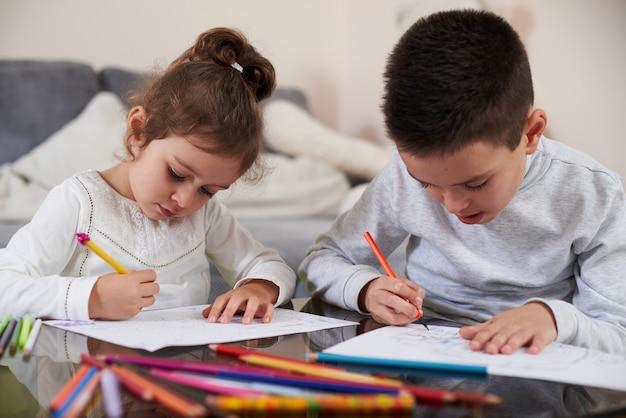 Красивые дети рисуют картинки цветными карандашами дома