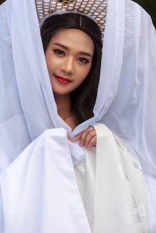 Красивое китаянка белое платье традиционное