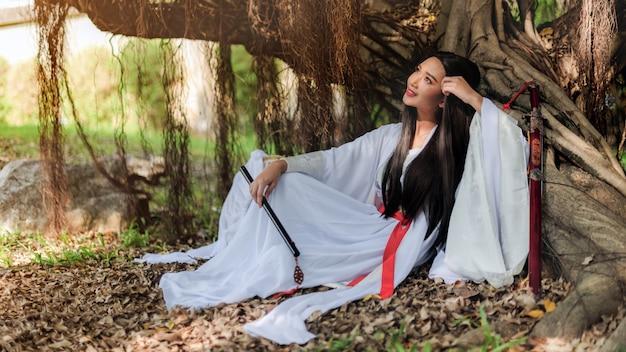 그녀의 손에 플루트와 전통 양복과 함께 아름 다운 중국 여자.