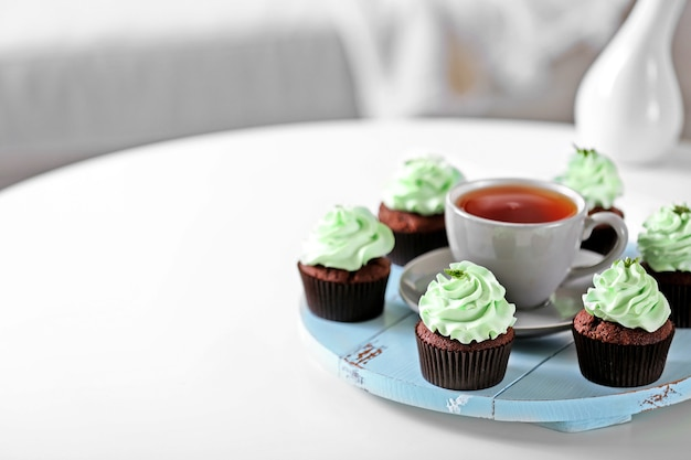 아름 다운 초콜릿 컵 케이크와 테이블에 차 한잔 프리미엄 사진