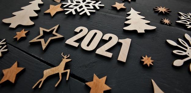Красивый новогодний фон с множеством небольших деревянных украшений