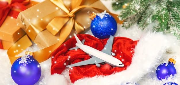 Красивый новогодний фон с самолетом. выборочный фокус. празднование.