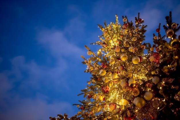 아름 다운 높은 크리스마스의 복사 공간 하단 보기에 대 한 장소를 가진 아름 다운 크리스마스 배경