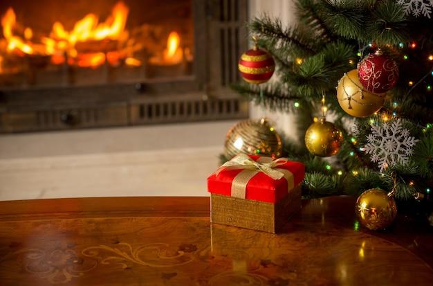 현재, 크리스마스 트리, 불타는 벽난로가 있는 아름다운 크리스마스 배경. 텍스트를 위한 장소