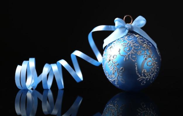 黒の背景に美しいクリスマスボール