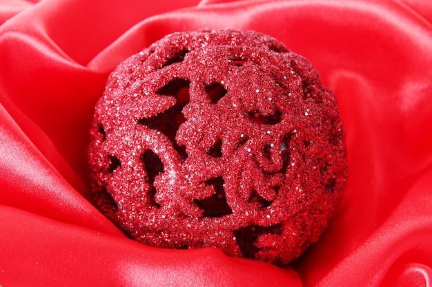 빨간색 새틴 천에 아름다운 크리스마스 공