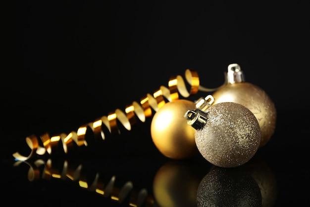 검은 색 표면에 아름 다운 크리스마스 공