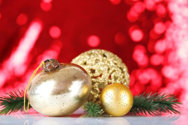 붉은 흐린 된 불빛에 아름 다운 크리스마스 공