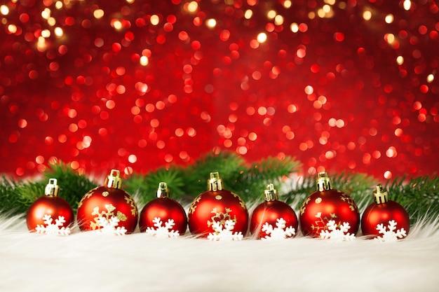 Красивые новогодние шары на красной поверхности