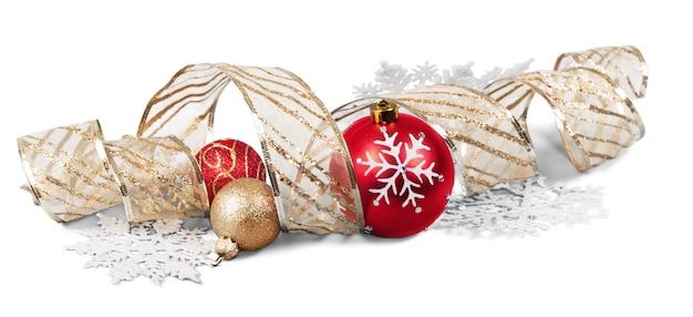 Красивые новогодние шары на белом фоне