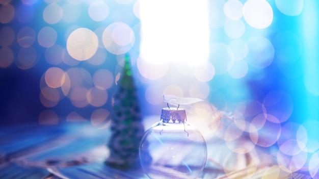 의료 마스크와 어두운 검은 배경에 아름 다운 크리스마스 싸구려. 코로나 바이러스 . 검역에 새 해입니다.평평한 디자인입니다. 복사 공간. 정사각형 형식. 형세.