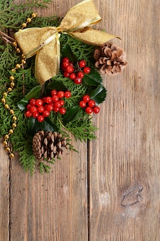 木製の背景にモミとヤドリギからの美しいクリスマスの境界線