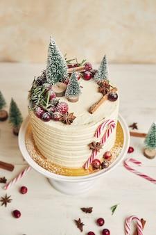 Красивый рождественский торт с традиционными украшениями