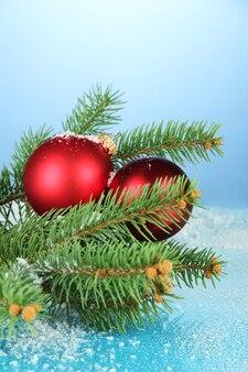 Красивая рождественская композиция на синем фоне
