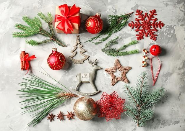 Красивая рождественская композиция на сером текстурированном столе